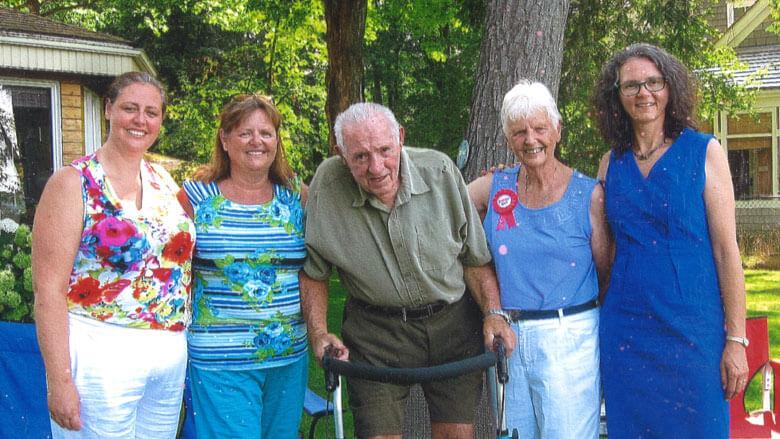 Photo de Gordon Crandell avec sa femme Ann et ses filles Beverly, Karen et Dawn à ses côtés