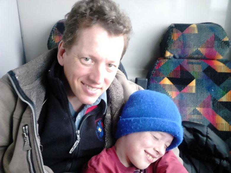 Dan Steele, avec son fils Michael (8 ans) en 2015, cinq ans après le diagnostic de la maladie de Parkinson.
