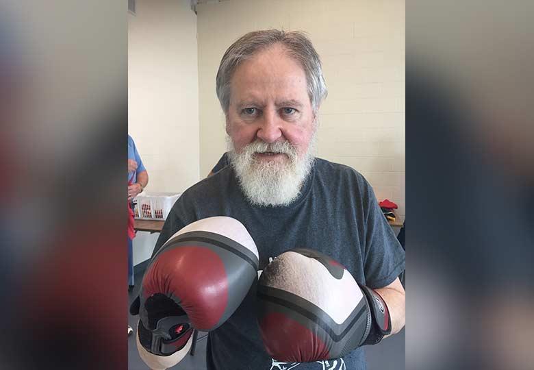 Le Dr Harold Robertson dans son programme local de boxe contre la maladie de Parkinson